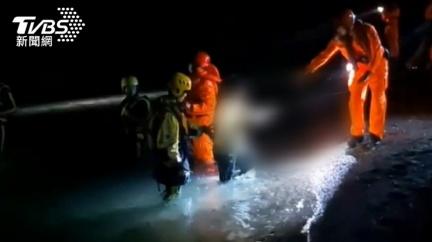 傻眼!女大生抓螃蟹受困獲救 回現場找手機「又困礁石」