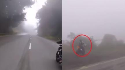 重機跑山「直衝懸崖」消失霧中 他曝經歷:車頭趴女人