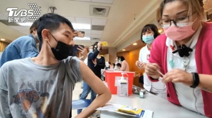 不領情!指揮中心推疫苗接種假 基層醫護:不如請病假