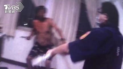苗栗勇警拘提嫌犯遭刺 「腸腹受傷」忍痛制伏受讚許