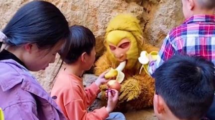 吃不下了!扮孫悟空壓五指山 工作人員崩潰:遊客狂餵香蕉