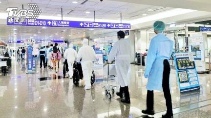 自印度搭日航轉降桃機 29人搭車前往檢疫所