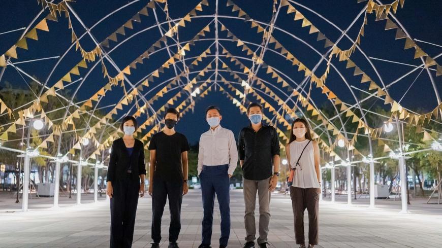 圖/孔廟廣場則由藝術家魏子鈞以金屬片打造出三角旗拱廊作品「嘉年華」。 百道雷射光束! 光臨藝術節「科技未來」每晚18時點亮新竹