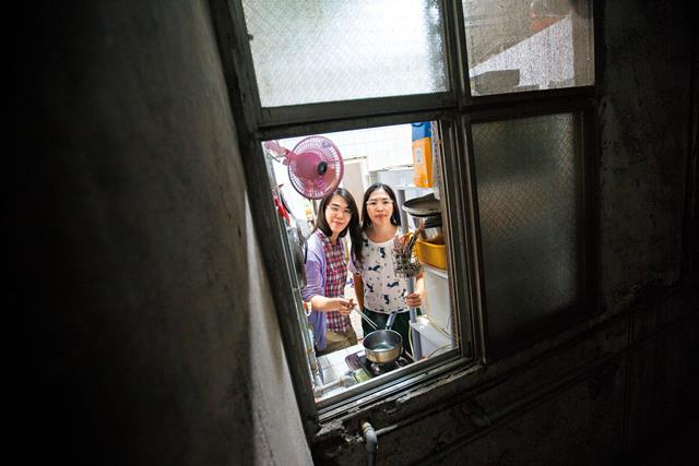 吳伊婷與吳芷儀2人的跨性別身分,政府曾在2013年打算註銷其婚姻,但無法源依據。當年,許多團體上街聲援她們。 同是天涯淪落人 台灣首對跨性配偶的故事
