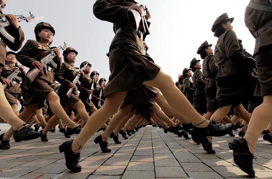 北韓勞動黨建黨週年紀念閱兵儀式中的女兵。(達志影像) 【北韓女刺客】爆破暗殺全功能 美女隨時為領袖犧牲