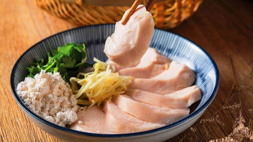 「黑白切之舒肥麻油雞切盤」麻油風味的軟嫩雞肉,佐搭薑絲更對味。(220元/份) 酒吧版深夜食堂 麻油雞巧變黑白切
