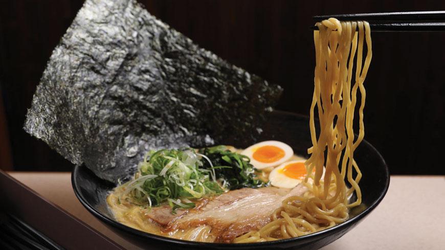 橫濱家系拉麵必要元素:大片海苔、汆燙菠菜、醬油味豚骨湯、中粗直麵、大片叉燒。 道地橫濱家系拉麵 百公斤豬骨換一鍋黏嘴豚骨湯