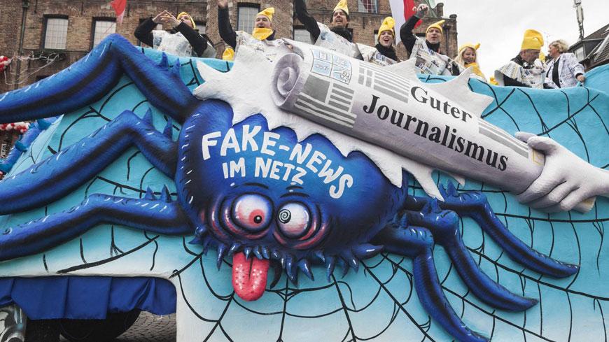 2017年2月27日,德國杜塞多夫「玫瑰星期一」嘉年華遊行中,以打擊網路假新聞為主題的花車。(東方IC) 打擊假新聞!德國祭重罰--要罰的是社群媒體