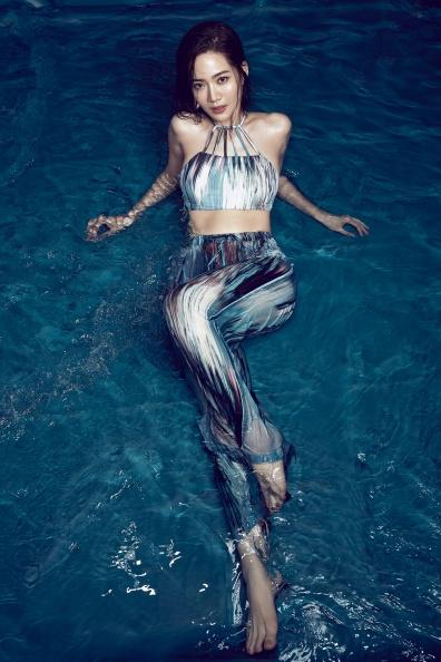 【新聞圖片】品牌大使曾之喬著Abstraction系列比基尼Hope搭配寬褲Sojin,在水中帶有性感又前衛的時尚風格.jpg