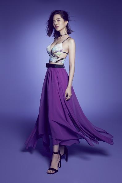 【新聞圖片】品牌大使曾之喬著Electric Bloom系列比基尼Crystal搭配罩裙Beth,隨風飄逸的裙襬展現女神魅力.jpg