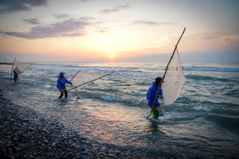 玩部落 阿美族勇士 河口頂浪捕魚