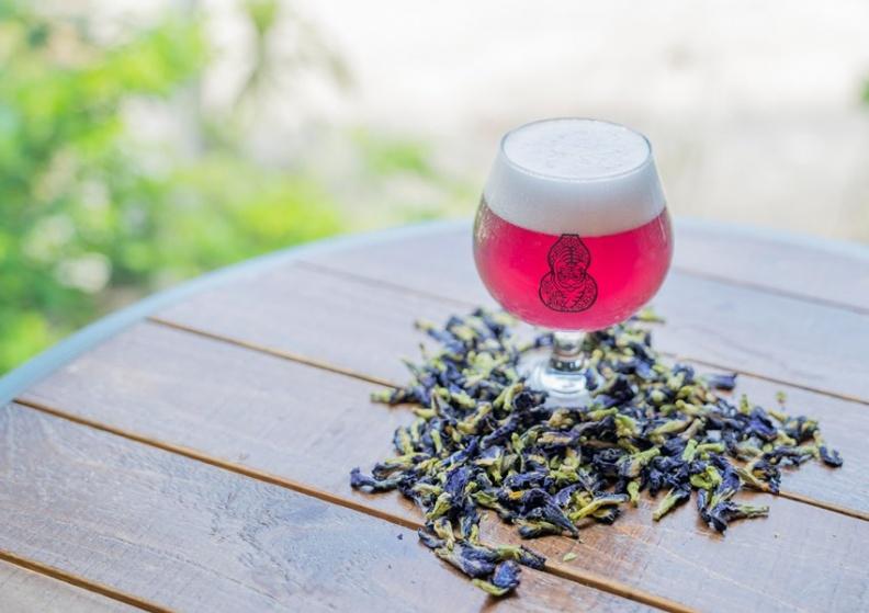 臺虎「愛無標籤」加入蝶豆花釀造,酒體呈現紫色.jpg
