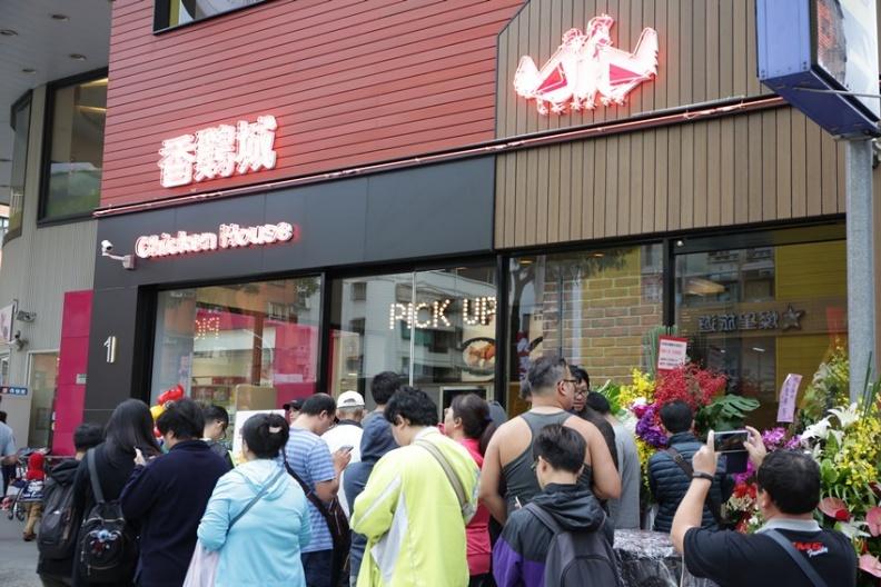 讓大家久等了!手扒雞創始店【香城】旗艦將於 10月24 日晚上五點開起於新莊龍安路252號,消費者為了手扒雞大排長龍.JPG