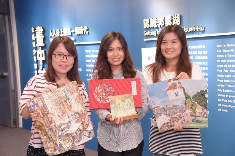 郭雪湖特展系列城市紀念品,包括側背包、文件夾及2018桌曆,有興趣的民眾可在市府大樓紀念品商店購買。.JPG