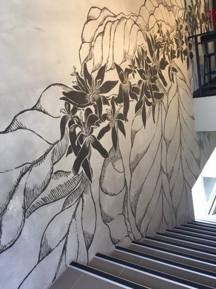 新莊思源門市,1樓網2樓的水泥牆牆面上畫上一道咖啡花的圖案向上延伸,增添了軟性氛圍。.jpg