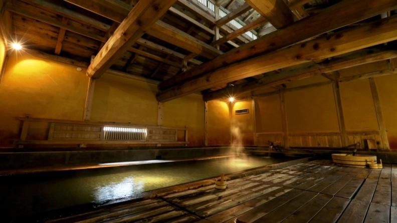 不忘閣470年歷史的木造旅館建築中擁有六座風情各異的秘湯,是吸引溫泉旅館愛好者年年重複到訪的關鍵原因。(圖片由Visit東北提供).jpg