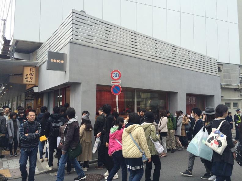 RAPL澎派令果2016年3月於東京池袋開出品牌首店引起消費者排隊搶購。(圖片提供-RAPL).jpg