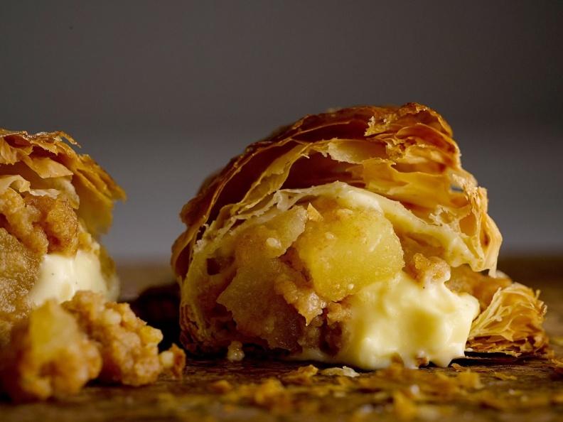 RAPL澎派令果以「掌心小確幸」的獨特造型以及一口咬下蘋果香甜及卡士達醬奶香在嘴中融合交錯的好滋味引起話題。(圖片提供-RAPL).jpg
