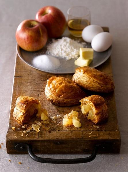 RAPL澎派令果的三大特色為「144層酥脆派皮」、「嚴選青森不摘葉蘋果及日本產蘋果切塊」及「店頭現打現灌的鮮乳卡士達醬內餡」。(圖片提供-RAPL).jpg