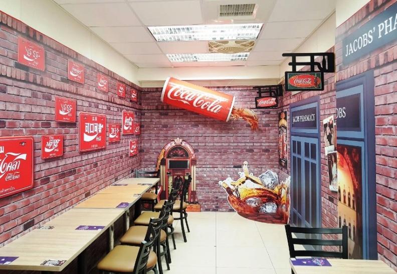 洋基球場X可口可樂主題店,店內有互動拍照區,可站在大型立體的可樂裝置物下,藉由視覺錯位,創造出好像在喝可樂的趣味畫面。.JPG
