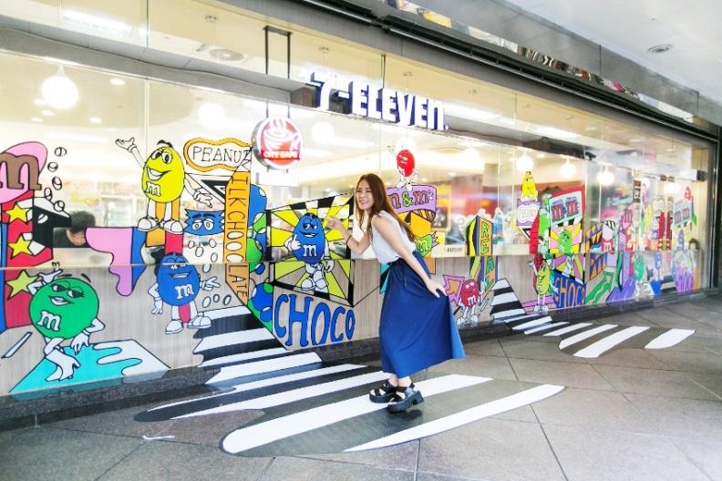 時代廣場X M&M'主題店,讓M&M'S娃娃穿梭在時代廣場街景中,從櫥窗區延伸出拍照步道,好玩有趣。.jpg
