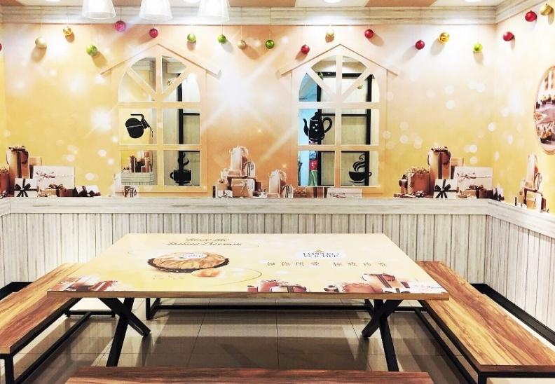 第五大道X金莎主題店,座位區有金莎的金色浪漫聖誕佈置,予人滿滿幸福感受。.jpg
