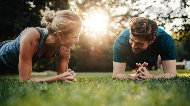 用棒式練完美腹肌 2分鐘比5分鐘有效?