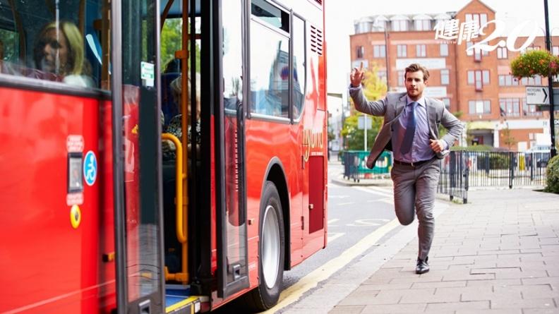 趕公車、騎車常摔跤 小心是這個問題,趕快來做這兩種運動