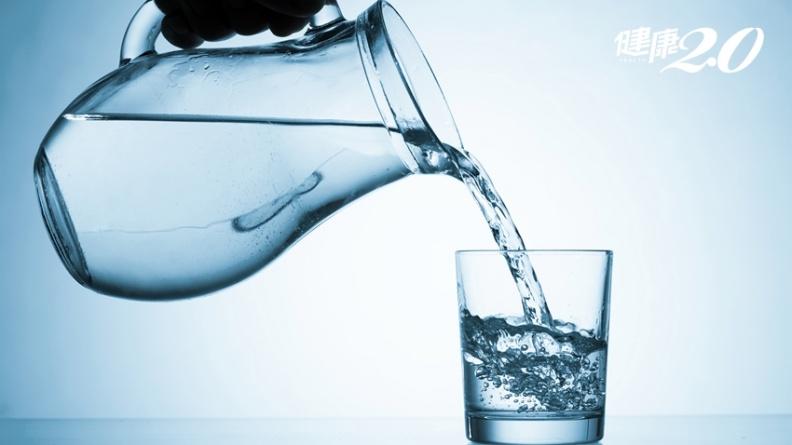 沒事多喝水?不渴就不用?「台大最夯營養課名師」洪泰雄破解:3大喝水迷思
