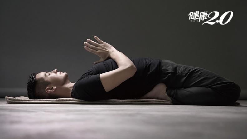 躺著練「鞍式」舒緩情緒!一式改善腰痠背痛、促進腸胃消化、強化腳踝膝關節
