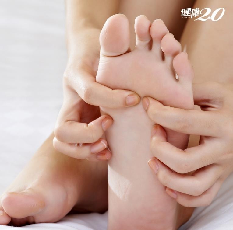 坐不住時先滅「心頭火」:雙手擦拭腳底1穴、抬腿翹足摩腿數次