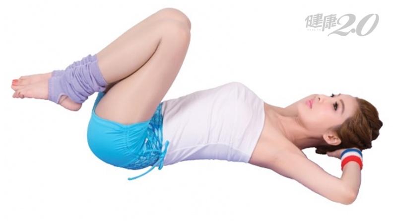 最有效消除贅肉!躺著1招「手肘觸膝式」 瘦腰、瘦大腿