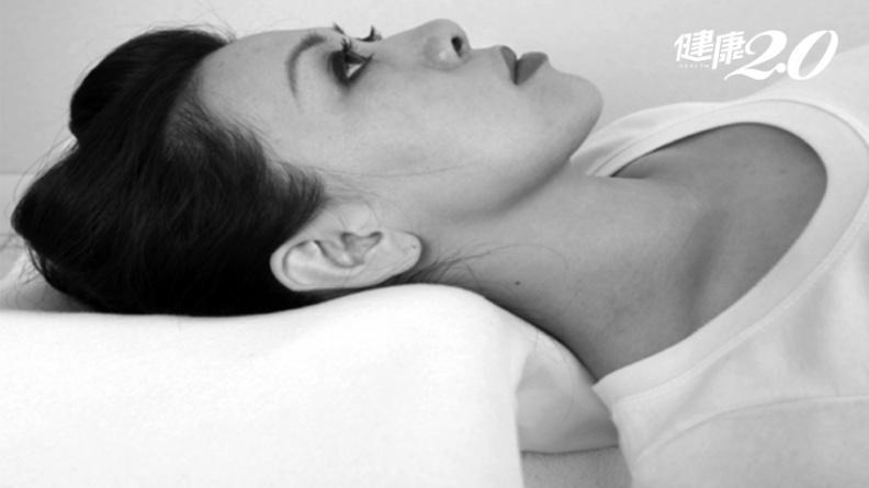 別再趴睡!專家警告:恐脊椎側彎、傷腦、猝死