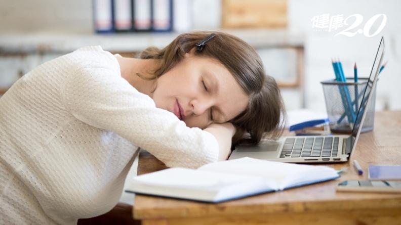 午睡超過20分鐘上班效率更差!學習天才「愛因斯坦小睡法」增強大腦記憶力