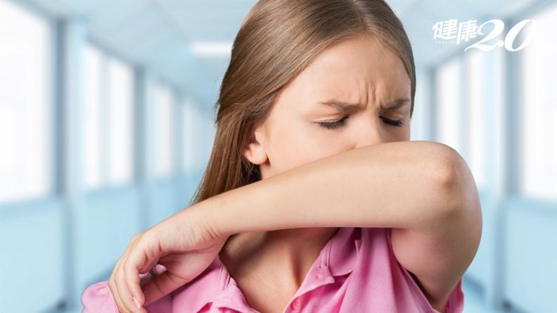 打噴嚏、咳嗽飛沫噴的比你想得遠,找不到手帕遮時快用這動作降低病原擴散