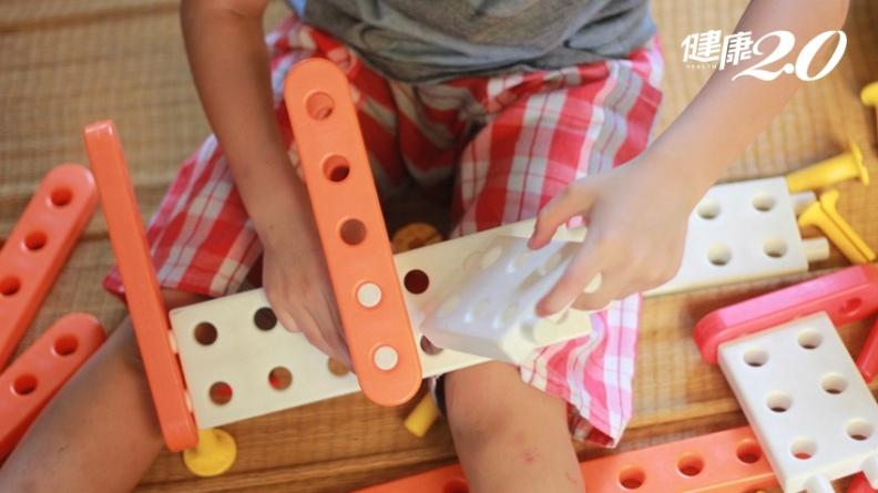 孩子喜歡東摸摸、西摸摸很正常?可能是這裡出問題了