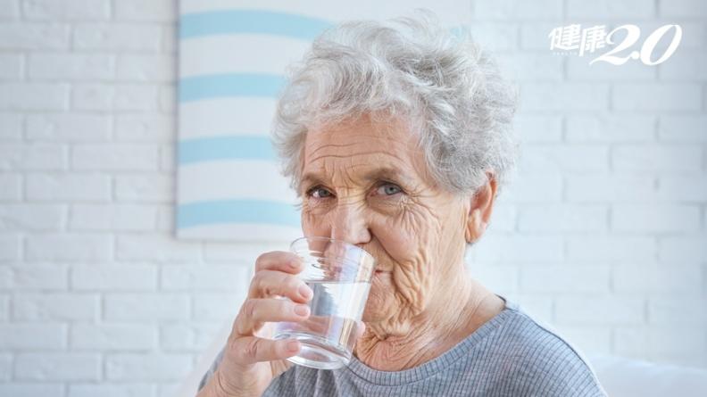 水喝太少也會失智!喝水能防失智 口渴才喝就太遲了