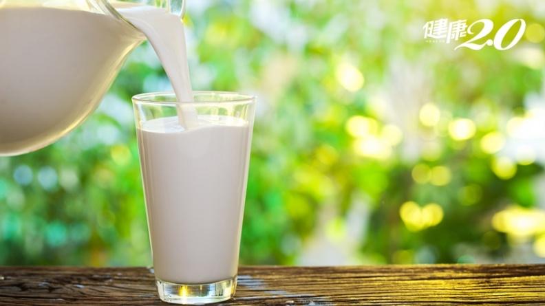 鮮奶、保久乳哪個好?補鈣喝牛奶就夠?營養師2招鈣質吸收加倍