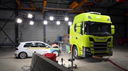 Golf攔腰撞上Scania電動卡車頭! 車上鋰電池是否安好?