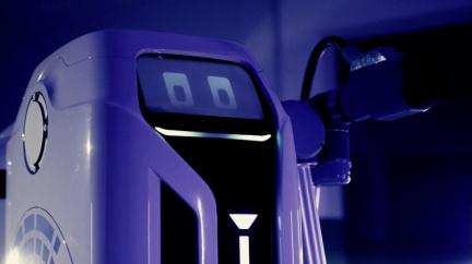 充電樁被佔用? VW智慧機器人自己「走」過來幫忙充