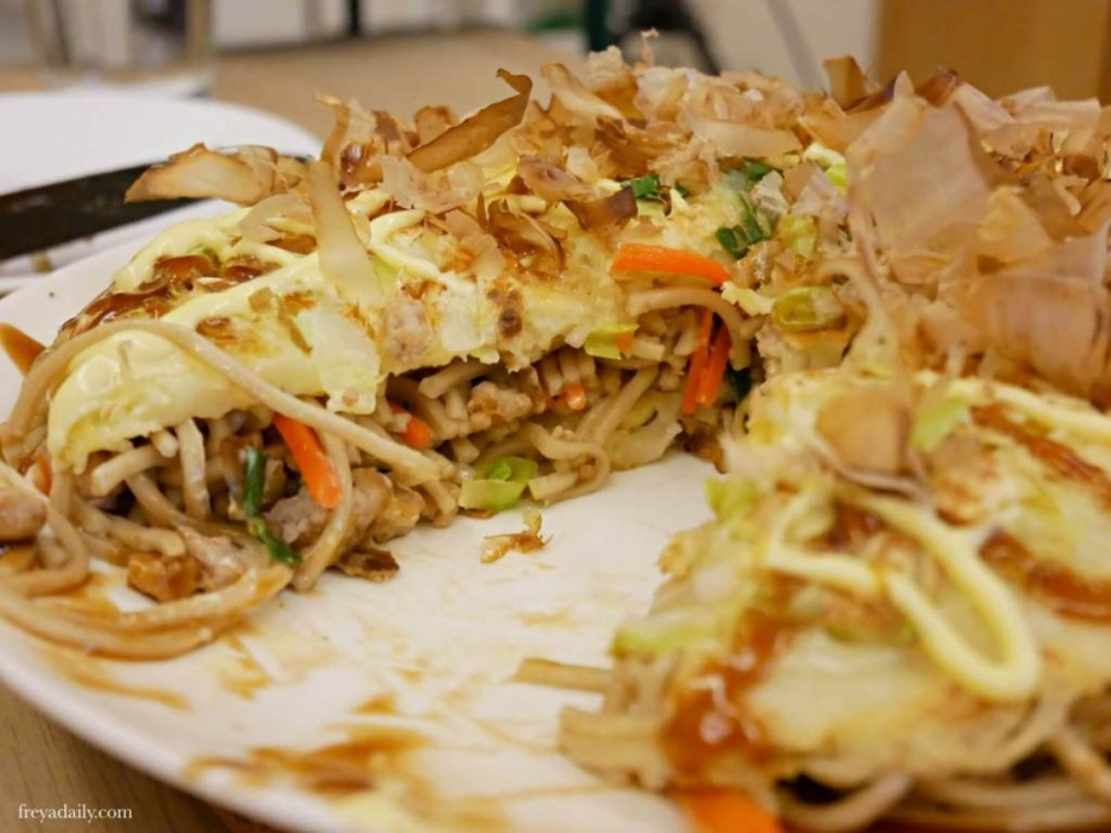 新手必看!防疫自煮2款「香蕉麵」日式料理:清爽味噌沾麵、簡易「廣島燒」