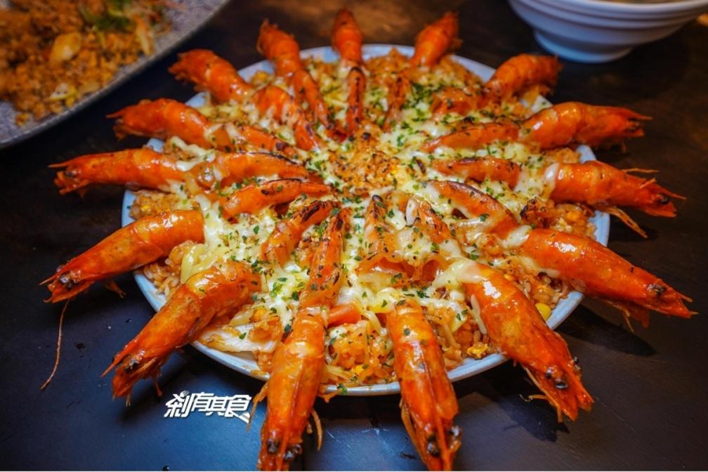 滿滿都是料!北中南6家浮誇系炒飯:15尾大蝦披薩、雞佛+腿排雙主菜、鋪滿鮮紅魚卵