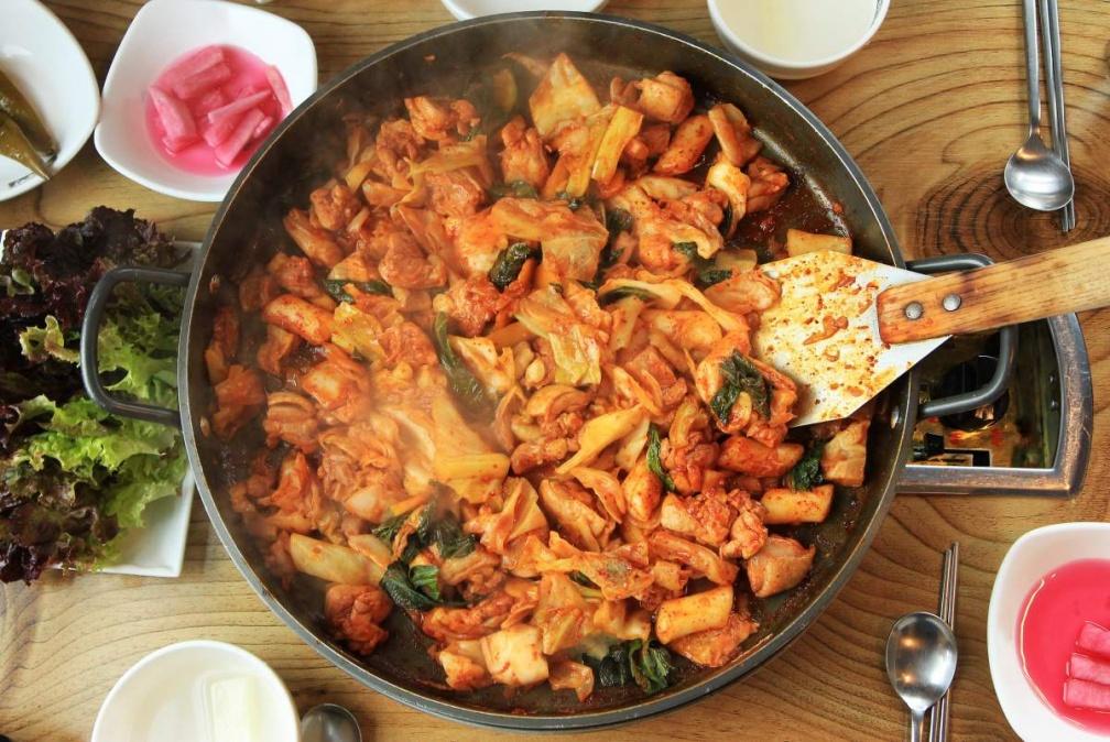 搭什麼酒最對味?亞洲 9 道必吃下酒菜:日本烤雞肉串、香港魚香脆茄子、韓國辣炒春雞