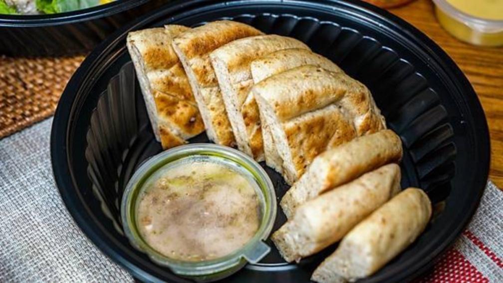 儀式感爆表!法式雙人套餐先嗑多汁「平埔黑豬肋排」,越式米捲、口袋麵包加點最推