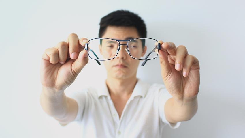 鏡片擦了又擦還是看不清 其實是罹患了這種可怕的眼疾