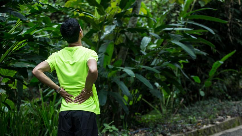 持續「下背痛」恐非運動傷害!當心僵直性脊椎炎上身