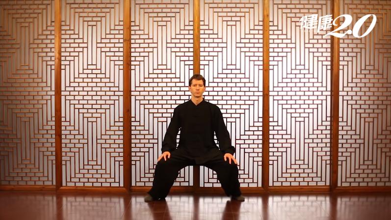 練這招「仙人坐功」 矯正錯姿勢、改善脊椎側彎