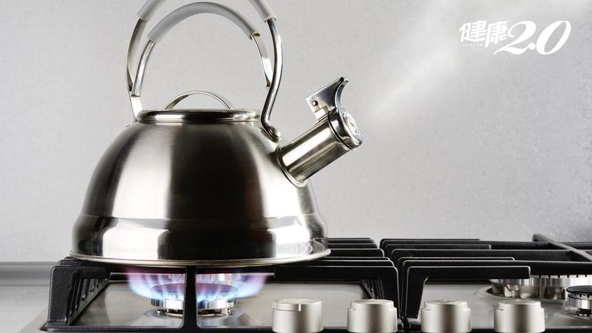 開水多煮15分鐘能除氯?腎臟醫:這行為很危險!