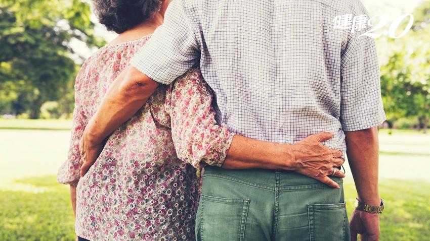 9旬老夫妻結髮64年  阿公病榻旁「愛的小動作」超感人