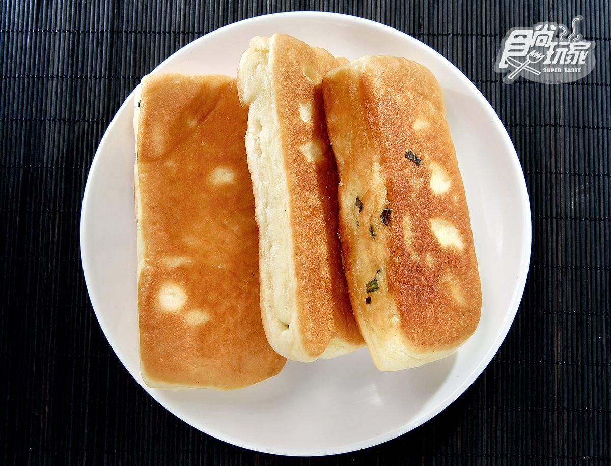 清珍早點,包著宜蘭蔥的黃金餅,餅皮蓬鬆帶麵香,是店裡人氣招牌之一。